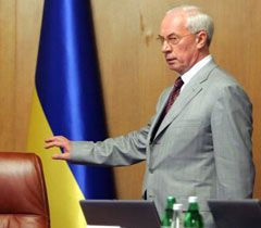 Микола Азаров перед початком засідання Кабінету Міністрів. Київ, 15 червня