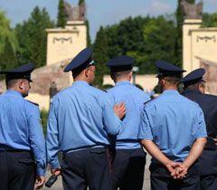 Міліція пильнує за порядком біля Меморіалу Слави у Львові. 22 червня