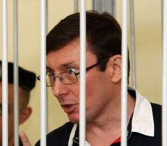 Луценко общается с судьей Вовком в Печерском суде. Киев, 30 июня