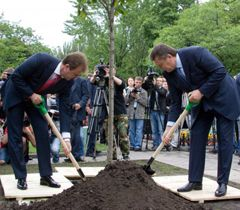 Александр Попов и Виктор Янукович сажают липу на Русановской набережной