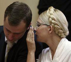 Юлія Тимошенко та адвокат Микола Титаренко розмовляють в залі засідань Печерського районного суду. Київ, 11 липня