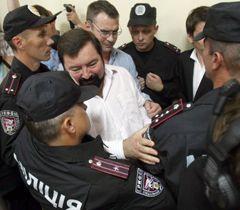 Бійці спецпідрозділу «Грифон» виводять із зали Печерського райсуду  нардепа Олександра Чорноволенка
