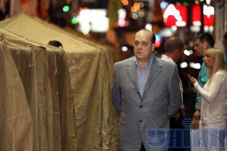 Первый замминистра внутренних дел Сергей Попков ходит среди палаток, которые устанавливают сторонников арестованной в этот день Юлии Тимошенко у здания Печерского районного суда в Киеве