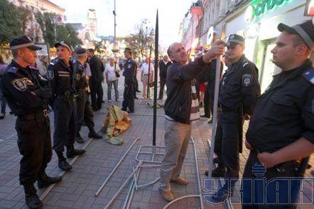 Милиционеры стоят на арматуре, пытаясь помешать сторонникам арестованной в этот день Юлии Тимошенко ставить палатки