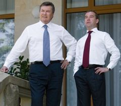 Виктор Янукович и  Дмитрий Медведев во время встречи в Сочи. 11 августа