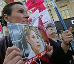 Участница акции в поддержку Юлии Тимошенко возле Печерского районного суда в Киеве. 11 августа