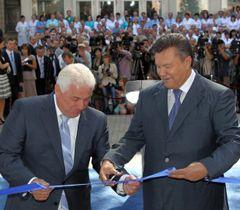 Виктор Янукович и Анатолий Присяжнюк во время открытия Киевского областного онкологического диспансера