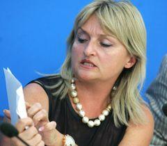 Дружина Юрія Луценка Ірина демонструє висновки лікарів після обстеження її чоловіка. Київ, 1 вересня