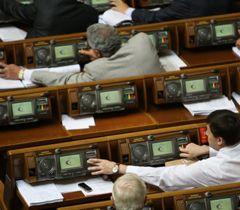 Народные депутаты голосуют во время заседания Верховной Рады. Киев, 20 сентября