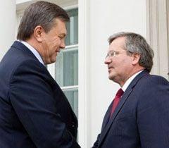 Президенты Украины и Польши здороваются при встрече в Варшаве. 29 сентября