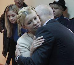 Юлию Тимошенко обнимает муж Александр в зале Печерского райсуда. Киев, 11 октября