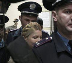 Юлия Тимошенко выходит из зала заседаний Печерского суда после оглашения приговора. Киев, 11 октября