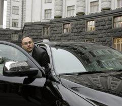 Владислав Каськив садится в автомобиль у здания Кабмина. Киев, 2 ноября