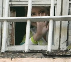 Юлия Тимошенко за решеткой в окне Лукьяновского СИЗО. Киев, 4 ноября