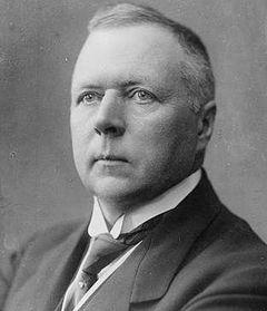 Юган Людвіґ Мувінкель (1870-1943) – норвезький політичний діяч. Засновник корабельної компанії A/S J. Ludwig Mowinckels Rederi (Берґен). Член соціал-ліберальної партії Венстре (Venstre). Двічі мер Берґену (1902-1906, 1911-1913). Депутат стортінґу (1906-1909, 1913�1918, 1922-1943). Тричі Прем'єр-міністр Норвегії (1924-1926, 1928-1931, 1933�1935).