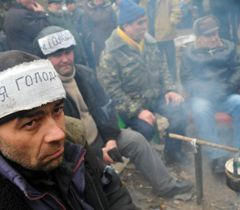 Чорнобильці гріють воду в чайнику на багатті в Донецьку. 28 листопада