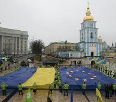 Прапори України та Євросоюзу під час акції «Ми – європейці!» на Михайлівській площі. Київ, 16 грудня
