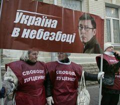 Прихильники Луценко під стінами Печерського районного суду