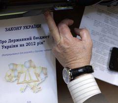 Проэкт Закона «О Государственном бюджете Украины на 2012 год» на рабочем месте одного из нардепов. Киев, 22 декабря