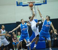 Борьба за мяч во время матча Суперлиги Украины по баскетболу «Ферро-ЗНТУ» - «Азовмаш»