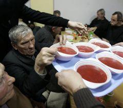 Волонтер роздає борщ під час різдвяного обіду для безпритульних у Києві