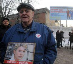 Сторонник Юлии Тимошенко у Качановской исправительной колонии в Харькове. 18 января