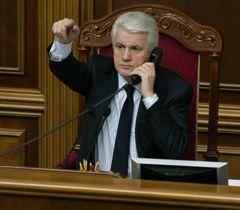 Владимир Литвин разговаривает по телефону на заседании ВР. Киев, 9 февраля