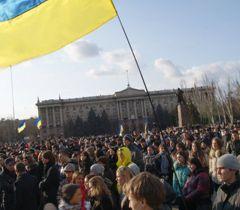 Участники митинга требуют справедливого суда над насильниками Оксаны Макар. Николаев, 15 марта