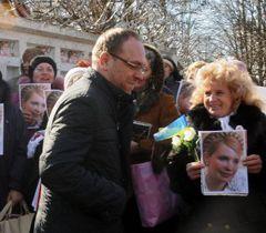 Сергей Власенко проходит возле сторонников Тимошенко у Качановской исправительной колонии. Харьков, 20 марта