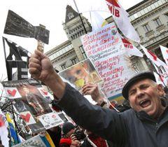 Учасник акції протесту з вимогою забезпечити Юлії Тимошенко належне лікування біля будівлі АП в Києві. 28 березня