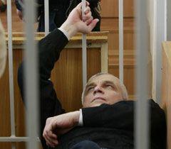Валерий Иващенко лежит на скамье подсудимых во время оглашения приговора. Киев, 12 апреля