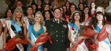 Глава ГПтСУ Александр Лисицков с победительницами конкурса «Мисс пенитенциарная служба Украины - 2011»