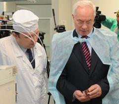 Микола Азаров під час ознайомлення з роботою лабораторії з контролю за якістю лікарських препаратів