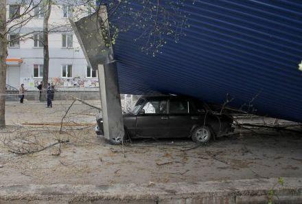 Сорванная крыша упала на автомобили