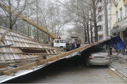 Из здания в центре Симферополя сорвало крышу