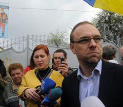 Сергій Власенко під час брифінгу біля Качанівської виправної колонії в Харкові. 23 квітня