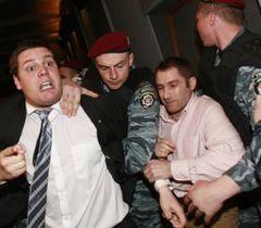 """""""Беркут"""" затримує Андрія Іллєнка перед демонстрацією фільму """"Матч"""", фото з архіву УНІАН"""