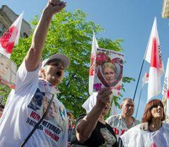 Сторонники оппозиции во время рассмотрения дела Тимошенко. Харьков, 28 апреля