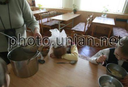 более 27 тысяч детей в Украине нуждаются в усыновлении