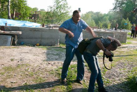 На журналистов напал мужчина с железным прутом, фото Макс Требухов