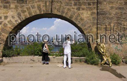 """Турист фотографирует памятник """"Писающему Сталину"""" в Одессе"""