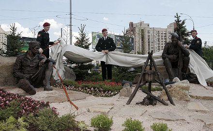 Композиция памятника воинам Великой Отечественной состоит из скульптурной группы, фото с сайта КГГА