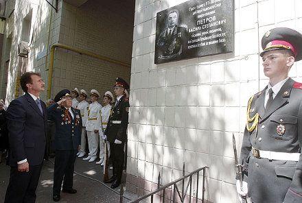 В торжественном открытии мемориальной доски дважды Герою Советского Союза Василию Петрову принял участие глава Киевской городской администрации, фото с сайта КГГА