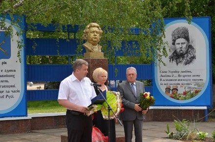 Дочь Александра Билаша и местные руководители на открытии памятника композитору, фото с сайта Глобинской РГА