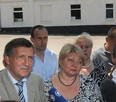 Лутц Хармс и Раиса Моисеенко во время брифинга у Качановской колонии. Харьков, 8 мая