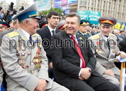 Янукович з ветеранами в День Перемоги на Хрещатику