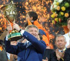 Рінат Ахметов тримає Кубок на церемонії нагородження переможців Чемпіонату України з футболу