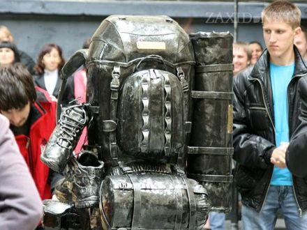 Памятник рюкзаку. Фото ZAXID.NET