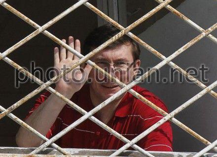 Юрий Луценко не хочет общаться с адвокатами за стеклом