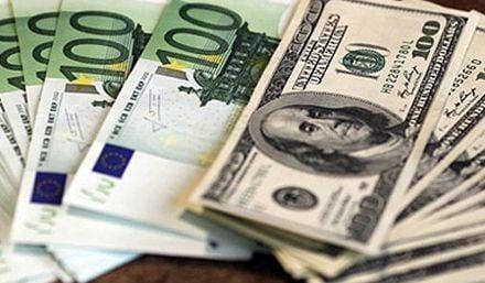 Евро покупают и продают дороже